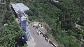 Vidéo aérienne de la mère la Géorgie de monument à Tbilisi banque de vidéos