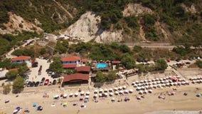 Vidéo aérienne de plage de Pefkoulia, Leucade, Grèce banque de vidéos