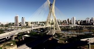 Vidéo aérienne de pont Câble-resté à Sao Paulo, Brésil banque de vidéos