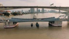 Vidéo aérienne de pont de Krung Thep au coucher du soleil banque de vidéos