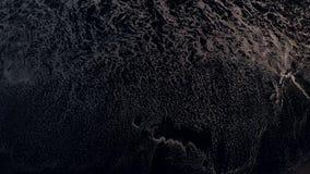 vidéo aérienne de vol de la vue 4K supérieure d'une plage avec le sable volcanique noir Île de Bali clips vidéos