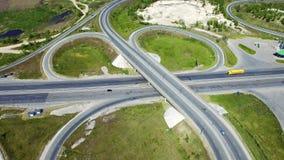 Vidéo aérienne du paysage de nature avec une épreuve sur route et un trafic et le lac clips vidéos