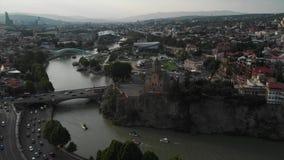 Vidéo aérienne du vieux centre de Tbilisi d'en haut Vue supérieure de bourdon de partie historique de ville Dzveli Tbilisi Kura o banque de vidéos