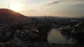 Vidéo aérienne du vieux centre de Tbilisi d'en haut Vue supérieure de bourdon de partie historique de ville Dzveli Tbilisi Kura o clips vidéos