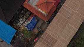 vidéo aérienne du vol 4K des maisons de balinese pendant la grande célébration Cérémonie de Bali dans le village, Ubud Toits de b banque de vidéos