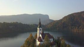 Vidéo aérienne Vol au-dessus du lac saigné en Slovénie banque de vidéos