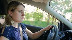 Vidéo animée lente de jeune femme s'inversant tout en conduisant une voiture et se garer clips vidéos