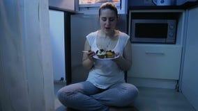 Vidéo animée lente de la jeune femme dans des pyjamas mangeant le gâteau la nuit Concept de la nutrition et de suivre un régime m banque de vidéos