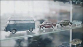 Vidéo avec des modèles d'antiquité stylisée de voitures de cru Fin vers le haut banque de vidéos