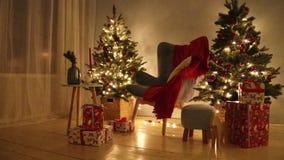 Vidéo décorée de salle HD de Noël Arbre et cadeaux de Noël Miroiter la guirlande banque de vidéos