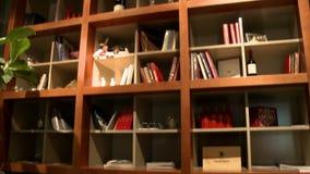 Vidéo de bibliothèque en bois dans un café banque de vidéos