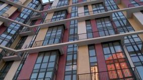 Vidéo de construction à plusiers étages moderne de façade clips vidéos