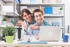 Vidéo de couples appelle leurs amis Image stock