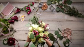 Vidéo de créer un bouquet des roses Vue d'en haut, cinemagraf, belles fleurs, accélération visuelle clips vidéos