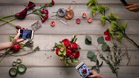 Vidéo de créer un bouquet des roses Vue d'en haut, cinemagraf, belles fleurs, accélération visuelle banque de vidéos