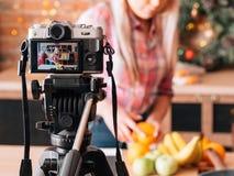 Vidéo de enregistrement de blogger en bonne santé de nutrition de Vlog photo libre de droits