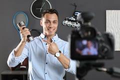 Vidéo de enregistrement de blogger de sport sur la caméra photos libres de droits