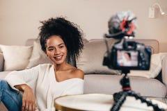 Vidéo de enregistrement de Blogger sur la caméra de dslr images libres de droits