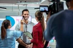 Vidéo de enregistrement de caméra de maquilleur de Corporate Interview And d'homme d'affaires photographie stock