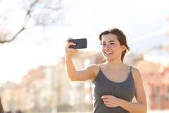 Vidéo de enregistrement de femme heureuse dehors photo libre de droits