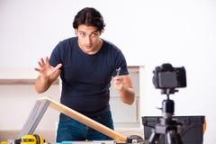 Vidéo de enregistrement de jeune dépanneur masculin pour son blog photographie stock