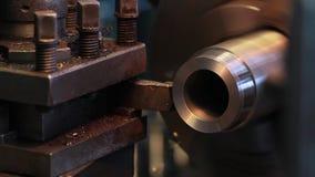 Vidéo de l'usine En réduisant le diamètre d'un métal sifflez sur un tour Le couteau coupe le métal vidéo clips vidéos