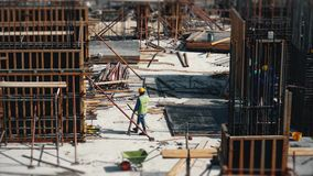 Vidéo de laps de temps d'activité de construction Grues, camions, travailleurs et équipement sur le lieu de travail occupé banque de vidéos