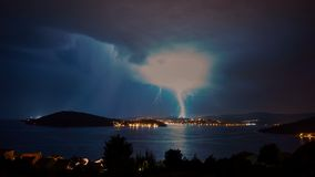 vidéo de laps de temps 4k de ciel orageux au-dessus de Mer Adriatique dans Rogoznica Croatie l'Europe banque de vidéos