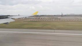 Vidéo de laps de temps de vue d'atterrissage d'avion de fenêtre dans l'aéroport international de Changi banque de vidéos