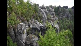 vidéo de longueur des roches de grès de Saxon Suisse près de pont de bastei banque de vidéos