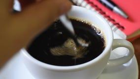 Vidéo de mettre le café noir sur une tasse blanche clips vidéos