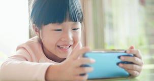 Vidéo de montre de fille par le téléphone image libre de droits