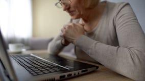 Vidéo de observation femelle retirée sur l'ordinateur, ravi pour voir ses petits-enfants images libres de droits