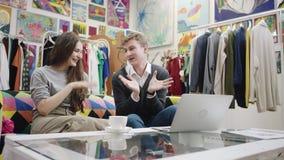 Vidéo de observation de jeune homme et de femme sur l'ordinateur portable banque de vidéos