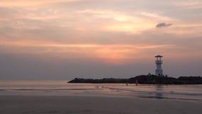 Vidéo de petit phare contre un coucher du soleil tropical d'océan et une eau lisse à la plage de Khao Lak en Phang Nga, Thaïlande banque de vidéos