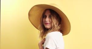 Vidéo de port de sourire de chapeau de femme blonde clips vidéos