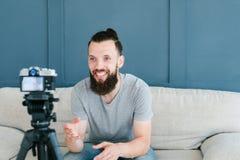 Vidéo de sourire de pousse d'homme d'influencer social de media photographie stock libre de droits