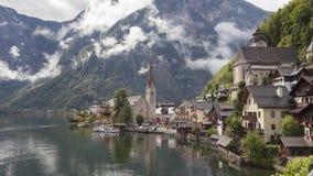vidéo de Temps-faute de village de Hallstatt dans les Alpes autrichiens banque de vidéos