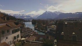 Vidéo de vieille ville de Thun avec l'hélicoptère de secours venant des Alpes Suisse Suisse clips vidéos