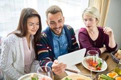 Vidéo des jeunes appelant au Tableau de dîner Photographie stock libre de droits