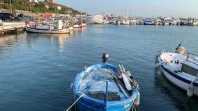 Vidéo des petits bateaux de pêche dans le port banque de vidéos