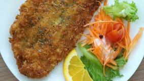 Vidéo des poissons battus frits et de la salade colorée clips vidéos