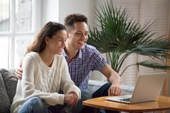 Vidéo drôle de observation riante de jeunes couples heureux ou vidéo de fabrication Photos stock