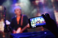 Vidéo du concert sur un smartphone Photographie stock libre de droits