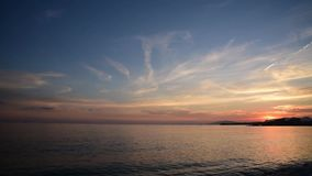 Vidéo du coucher du soleil lent sur la plage regardant la mer Méditerranée banque de vidéos
