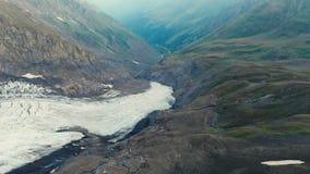 Vidéo du drone d'un glacier dans les montagnes du Caucase clips vidéos