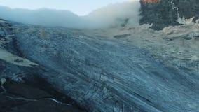 Vidéo du drone d'un glacier dans les montagnes du Caucase banque de vidéos