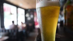 Vidéo en gros plan avec le verre de bière blonde banque de vidéos