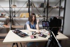 Vidéo femelle d'enregistrement de vlogger à la maison Image libre de droits