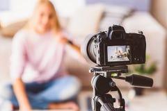 Vidéo femelle gaie d'enregistrement de blogger photographie stock